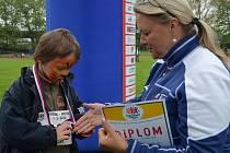 Děti, které dosáhly na medailová umístění, dekorovala bývalá úspěšná běžkyně Táňa Kocembová-Netoličková (vpravo).