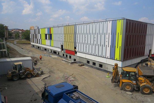 Červenec 2014.Výstavba obchodního centra šla podle plánů, ačkoli se stavbaři museli vypořádat sdrobnými komplikacemi.