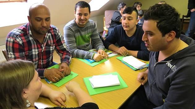 Výuka  češtiny je v otázce začlenění Iráčanů do české společnosti zásadní.