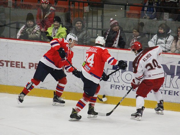 Hokejisté Frýdku-Místku (v bílém) prohráli na domácím ledě s Třebíčí až po samostatných nájezdech 1:2.