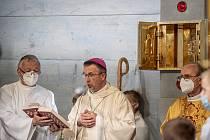 Biskup Martin David (uprostřed).