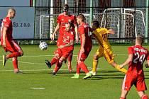 Třinečtí fotbalisté (v červeném) ve svém předposledním utkání sezony podlehli po boji pražské Dukle 1:2.