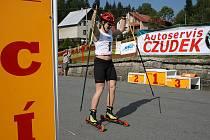 Nejlepší z žen, Irina Terenjteva projíždí cílovou rovinku v centru Hrčavy během sobotních závodů Kolečková lyže.