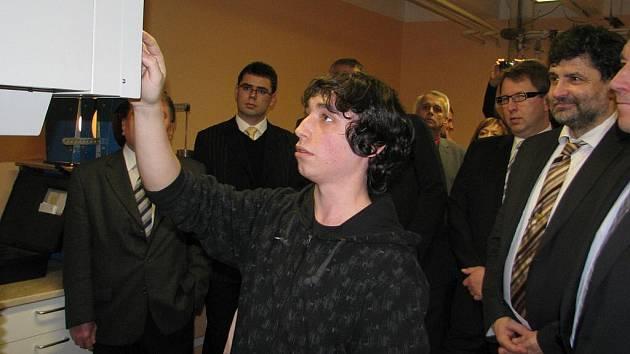 Takto funguje tvrdoměr. Jeden ze studentů průmyslové školy představuje přístroj, jehož cena je zhruba 770 tisíc korun.