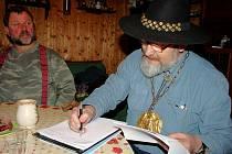 Lašský král Zdeňa Viluš I. podepisuje listinu, ve které svým věrným slibuje spravedlivou vládu. Tím  Království lašské nabylo právní subjektivity.