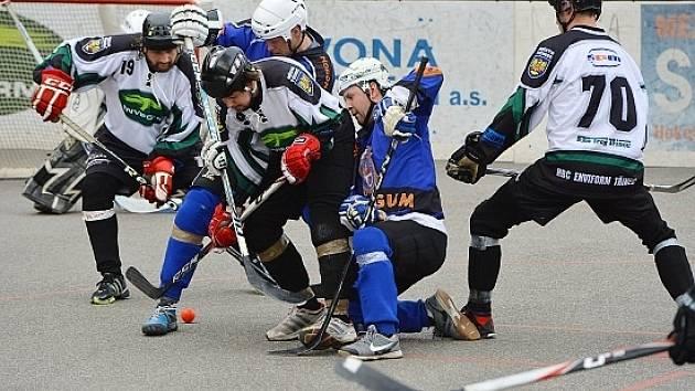 Třinečtí hokejbalisté (světlejší dresy) mohou letošní sezonu brát za velmi úspěšnou. Podařil se jim totiž návrat mezi extraligovou elitu. Ilustrační foto.