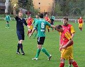 Divizní fotbalisté Frýdlantu (v červeném) si s chutí proti Jeseníku zastříleli.