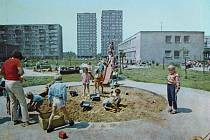 Snímky, které zachycují proměnu zahrady školky v Anenské ulici v Místku, dělí zhruba čtyřicet let. Ke konci sedmdesátých let minulého století si děti hrály na pískovišti u čerstvě nasazených stromků, které od té doby vyrostly natolik, že zakrývají výhled