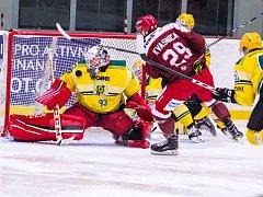 Hokejisté Frýdku-Místku (v červeném) porazili před zcela zaplněnou halou Polárka tým Vsetína 4:0.