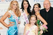 Novou Miss aerobik se stala Jana Šimičková, druhá skončila Nikola Kozáková (vlevo),  třetí Markéta Pilnáčková (vpravo). Na snímku jsou také vítězka Minimiss Zuzana Ondová z Otrokovic a producent soutěže Vladimír Mati.