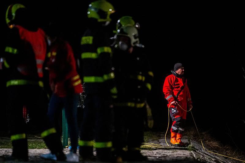 Tragické utonutí na splavu Kamenec ve Frýdlantu nad Ostravicí, 2. dubna 2021.