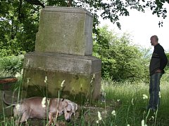Lidé při svých procházkách rádi odpočívají na lavičkách v okolí kamenného kříže za obecním sadem.