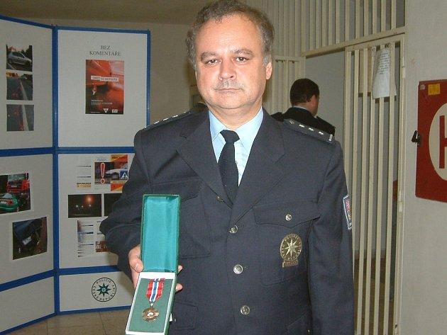 Padesátiletý policista Dalibor Olšar z Horních Bludovic dostal za dvaadvacet let u policie medaili za věrnost druhého stupně.