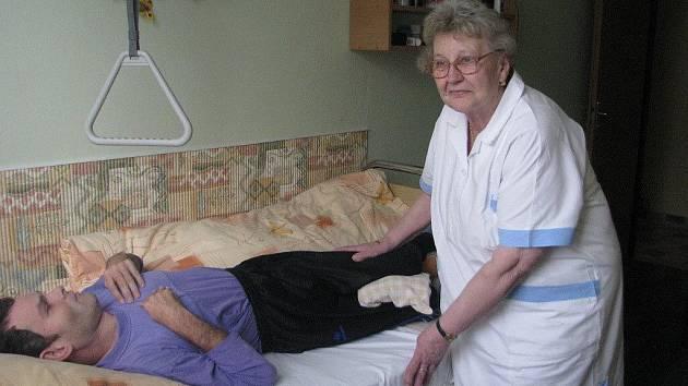 Zdravotní sestra Markéta Bekárková z Frýdku-Místku letos získala v soutěži Sestra roku prestižní ocenění za celoživotní práci v ošetřovatelství. Ve zdravotnictví pracuje už šedesát let.