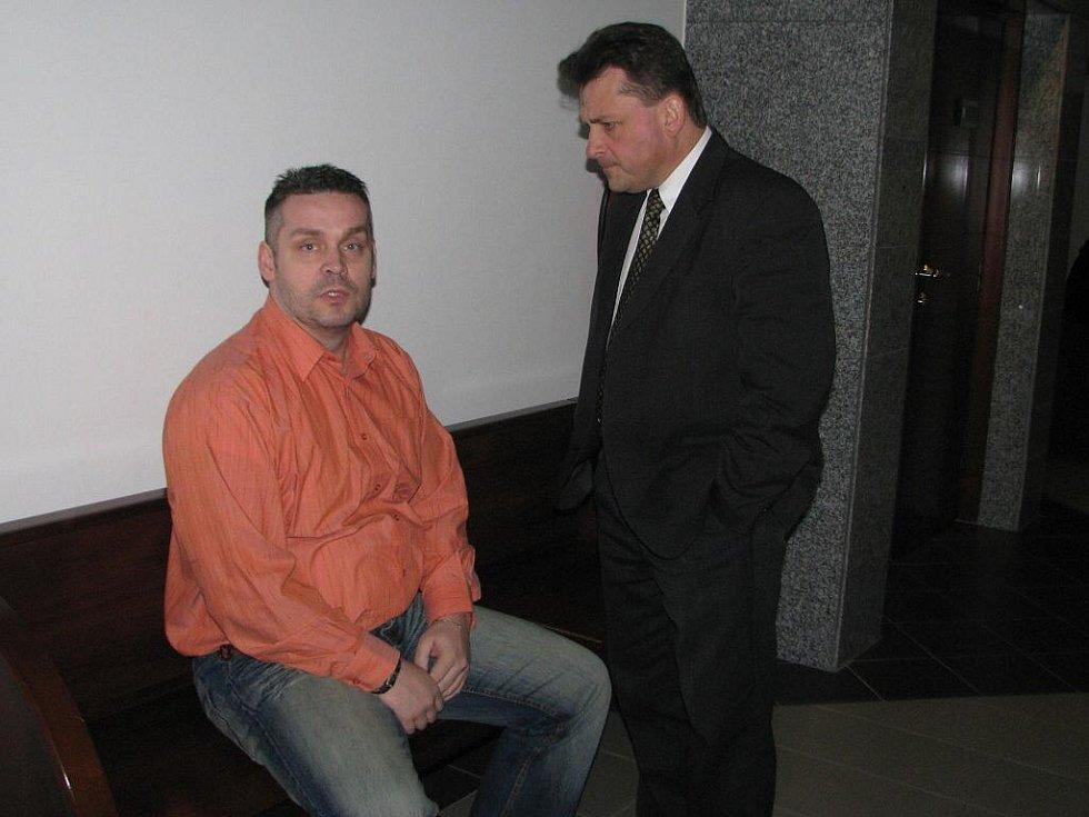 Na snímku Rudolf Matuszek (vlevo) se svým advokátem.