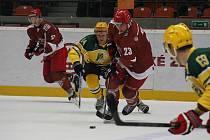 Hokejisté Frýdku-Místku (v tmavém) zvládli i druhé vzájemné utkání se Vsetínem. Ilustrační foto.