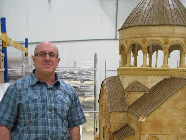 Gevorg Avetisyan stojí u tunové Marlenky kostela. Ten byl upečen při příležitosti oslav deseti let firmy.