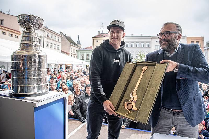 Hokejista týmu Tampa Bay Lightning Ondřej Palát (vlevo)  v rodném Frýdku-Místku ukázal Stanleyův pohár pro vítěze zámořské NHL, 1. září 2021. Primátor Petr Korč hráči věnoval symbolický klíč od města.