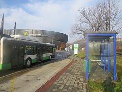 U autobusové zastávky Sportovní hala Polárka prozatím zastavuje jen jedna městská linka.