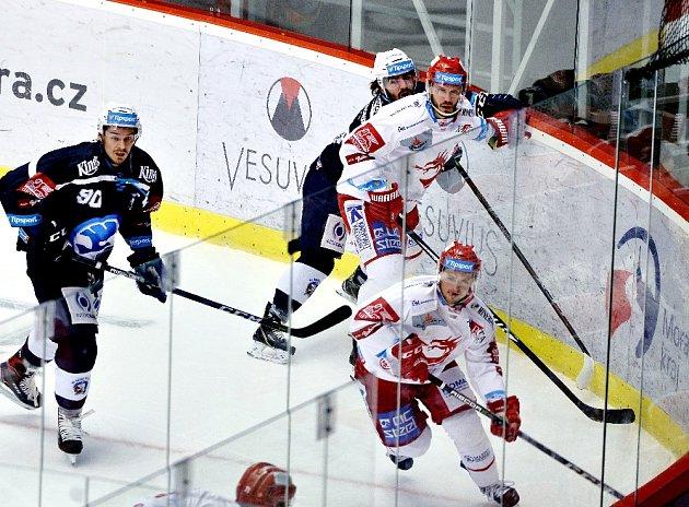 Třinec (v bílém) doma nestačil na Plzeň. Prohrál 2:3.