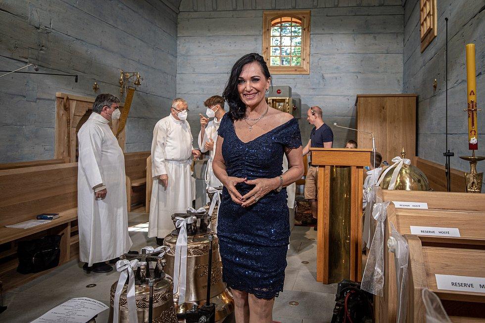 První bohoslužba v replice požárem zničeného dřevěného kostela Božího těla v Třinci-Gutech se konala v neděli 6. června 2021. Primátorka Třince Věra Palkovská.