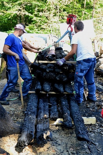 Na místě požáru odborníci dokumentují podrobnosti o konstrukci kostela. Zkoumají i rozměry trámů.