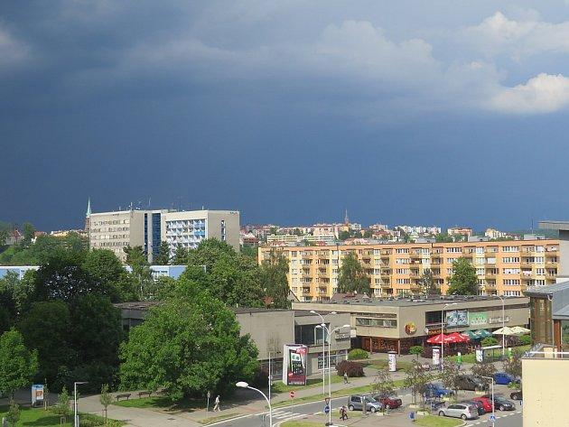 Pohled na bouřkové mračno zMístku.