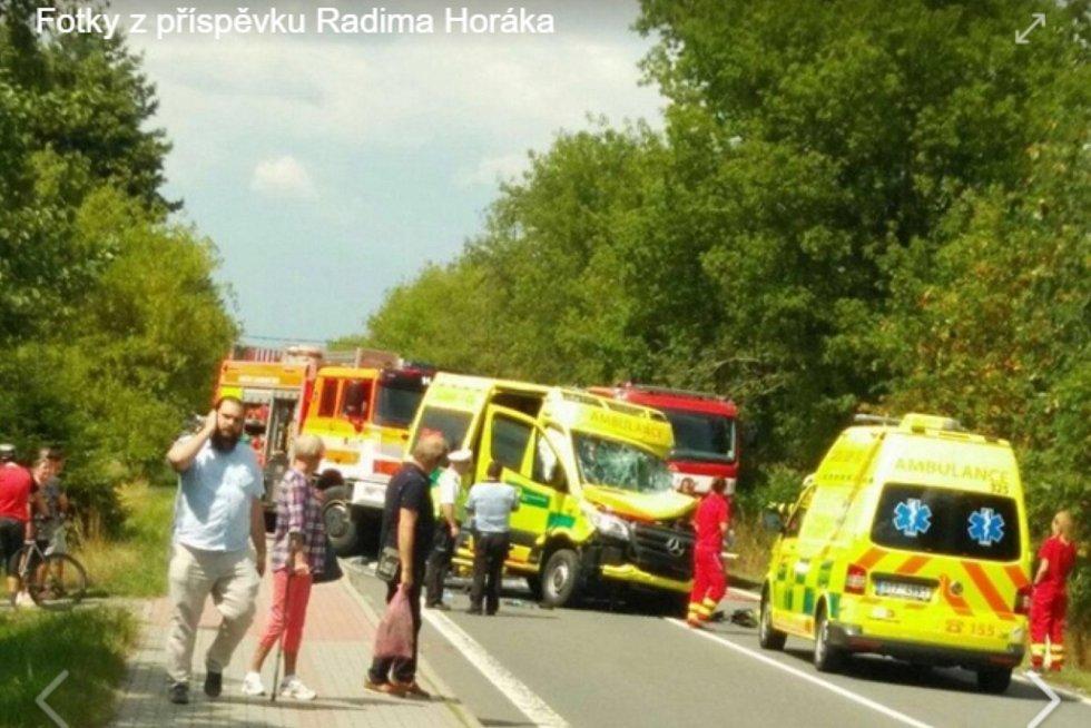 Vážná nehoda záchranky a kamionu v Ostravici na Frýdecko-Místecku.