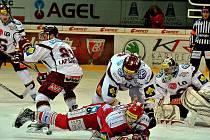Ostřížka sráží Kočí. Hokejisté Třince prohráli v utkání 49. kola extraligy se Spartou 2:5.