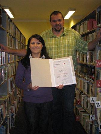 Knihovna vOstravici získala ocenění. Ostravický starosta Miroslav Mališ a vedoucí knihovny Martina Klímková ho považují za velký úspěch.