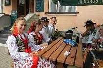 Hotel pod Akáty v Dolní Lomné v sobotu hostil mezinárodní folklorní setkání.