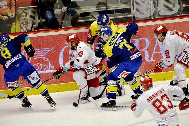 Třinečtí hokejisté (vbílém) svedli dnes proti Zlínu další úpornou bitvu.