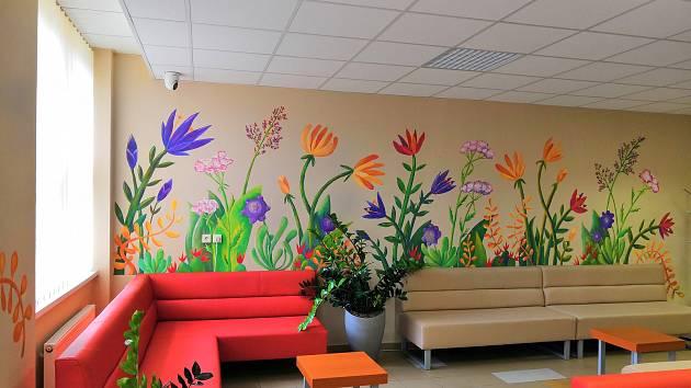 Malovaná rozkvetlá louka vítá pacienty na příjmové ambulanci nemocnice Podlesí v Třinci.