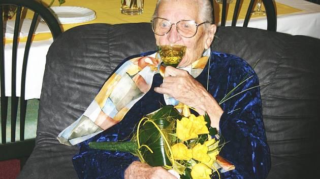 Štěpánka Božoňová minulý týden oslavila v Domě pokojného stáří Panny Marie Frýdecké své sté narozeniny. I ve svém krásném věku má úsměvů a optimismu na rozdávání.