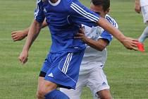 Novojičínská posila Petr Cigánek (vlevo) musela, společně s týmem, skousnout promarněný závěr utkání s Petrovicemi a konečnou porážku 2:3.