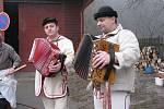 Na Hrčavě v sobotu už potřetí připravili pravou mikulášskou zabíjačku. Na snímku dva lidoví muzikanti ze Slovenska, kteří návštěvníky bavili po celý den.