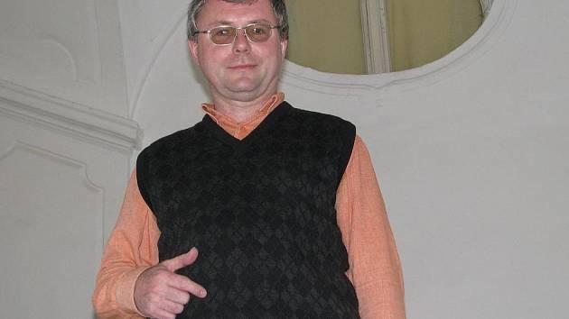 Jaromír Polášek na schodech zámku ve Frýdku.