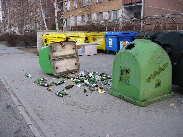 Tento kontejner se stal terčem vandalů v sobotu 24. března. Důchodce Milan Jedlička říká, že v pátek a v sobotu se lidé na sídlišti prakticky nevyspí.