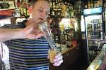 Barman Pavel Štrba z Frýdku-Místku vyhrál na soutěži v Praze. Přípravu vítězného nápoje nám předvedl i ve Frýdku-Místku.