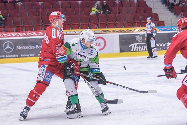 Oceláři (včerveném) uspěli na ledě Karlových Varů a drží druhé místo.
