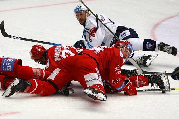 Oceláři (včerveném) zvládli čtvrtý zápas série na ledě Plzně 4:3.