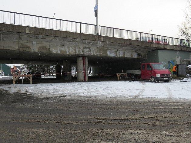 V těchto dnech se dělníci pustili do vyčištění truhlíku uvnitř mostu, zaneseného nejen holubím trusem. Vrtají díry pro odvodnění, dokončují přeložky sítí a postupně odbourávají podélné dilatace chodníků.