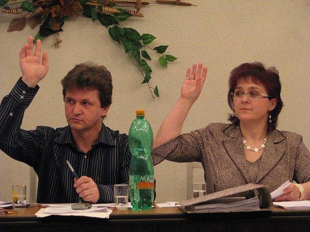 Místostarosta Ignác Krawiec a starostka Dagmar Molinová hlasují pro rozpočet. Hnojník bude letos hospodařit s podstatně vyšší částkou než před rokem.