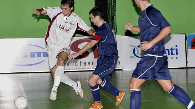 Hodonínský kapitán Matuška v souboji o míč s domácím Lukášek Stoszkem.