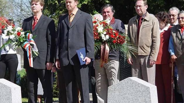 Michal Pobucký a Petr Cvik (zleva) se chystají položit kytici k pomníku obětem II. světové války.