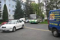 Lidé, kteří bydlí u točny na Beskydské ulici ve Frýdku-Místku, se kvůli parkování pustili do boje s řidiči autobusů.