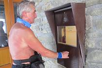Otužilec Čupa chodí na Lysou horu bez trička i v mrazech.