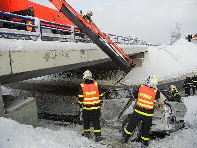 V sobotu 12. ledna dopoledne zasahovali hasiči u nehody Toyoty Avensis v Mostech u Jablunkova, která skončila pod silničním mostem.