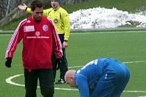 Na snímku z přátelského střetnutí Třince v polské Bialsko-Biale, si staví míč domácí Jarosz. Rozehrávku mu znemožňuje Hanus (vlevo).