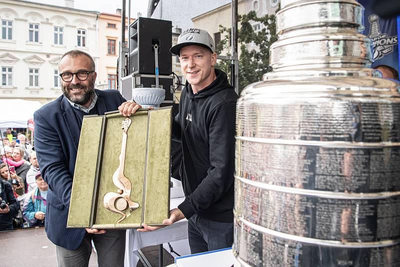 Hokejista týmu Tampa Bay Lightning Ondřej Palát (vpravo)  v rodném Frýdku-Místku ukázal Stanleyův pohár pro vítěze zámořské NHL, 1. září 2021. Primátor Petr Korč hráči věnoval symbolický klíč od města.